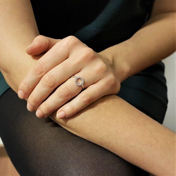 anello con pavè di diamanti