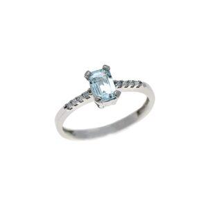 anello con acquamarina taglio smeraldo e diamanti